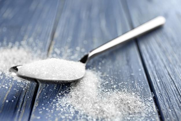 Łyżka z cukrem na stole, zbliżenie