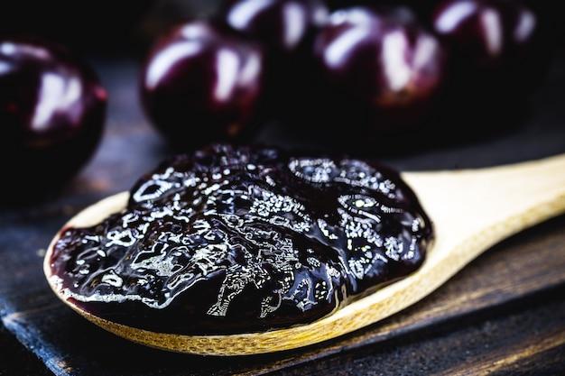 Łyżka z naturalną galaretką owocową, jabuticaba, winogronem pochodzącym z ameryki południowej