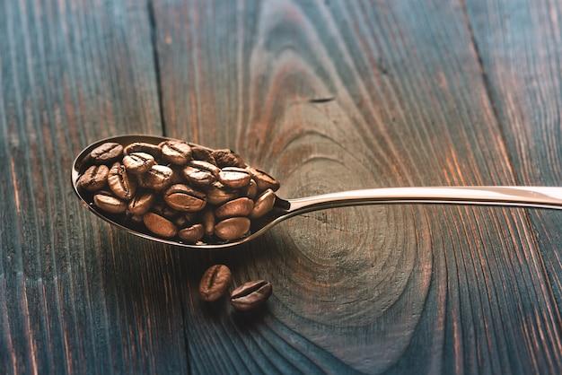 Łyżka ziaren kawy