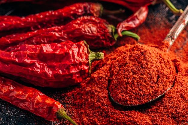 Łyżka zmielonej czerwonej papryki chili