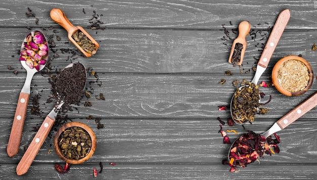 Łyżki z herbatą ziołową na biurku
