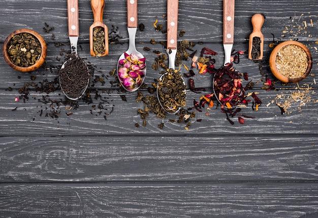 Łyżki z herbatą ziołową z kopią