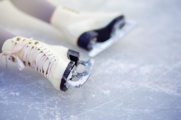 Łyżwy figurowe dziecięce na zbliżeniu lodowiska. łyżwiarstwo figurowe - sport zimowy
