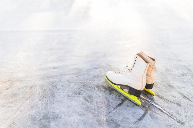 Łyżwy figurowe na popękanym lodzie