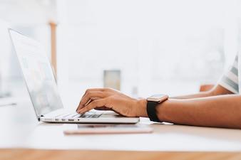 Mężczyzna pracuje na swoim laptopie