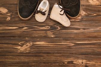 Męskie buty w pobliżu butów dla dzieci