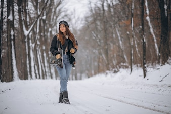 Młoda dziewczyna model spaceru w winter park