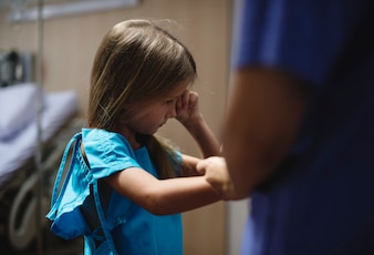Młoda Kaukaska dziewczyna zostaje przy szpitalem