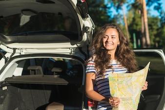 Młoda kobieta na podróż samochodem