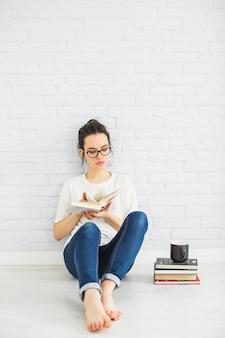 Młoda kobieta przerzucanie stron książki