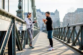 Młoda para ma szkolenia w środowisku miejskim