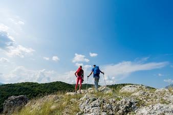Młoda para piesze wycieczki w góry