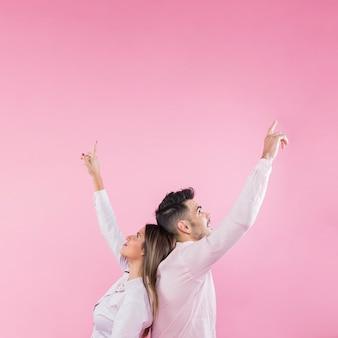 Młoda para wskazujące palce w górę