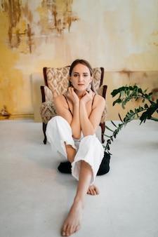 Młoda piękna dziewczyna w studiu, portret moda