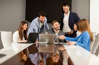 Młoda praca zespołowa w biurze