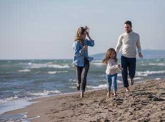 Młoda rodzina cieszy się wakacje podczas jesieni