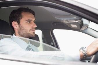Młody biznesmen w siedzenie kierowcy w jego samochodzie
