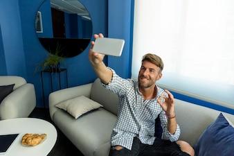 Młody człowiek bierze selfie