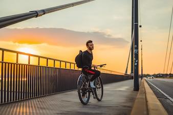 Młody sporta mężczyzna na bicyklu w Europejskim mieście. Sport w środowisku miejskim.