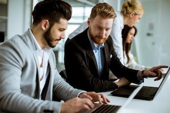 Młodzi ludzie biznesu dzielą ich pomysły w biurze