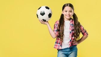 Młodzież trzyma piłkę w studio