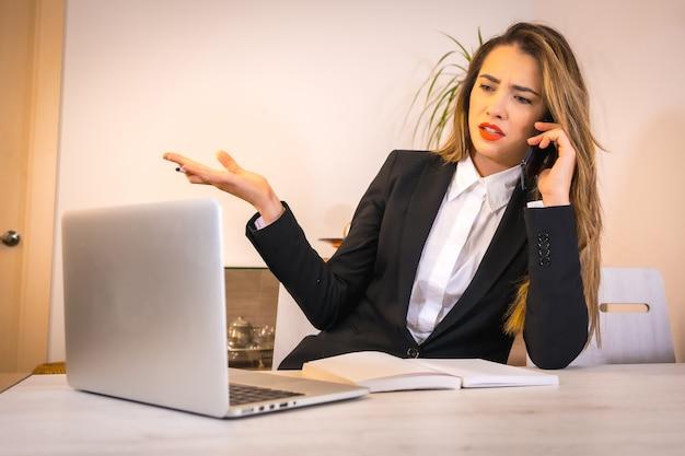 M? oda blondynka rasy kaukaskiej kobieta z kaw? pracy z komputerem