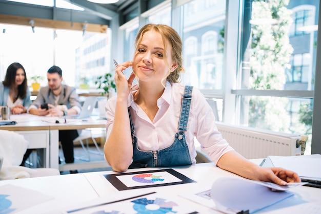 M? oda kobieta w biurze