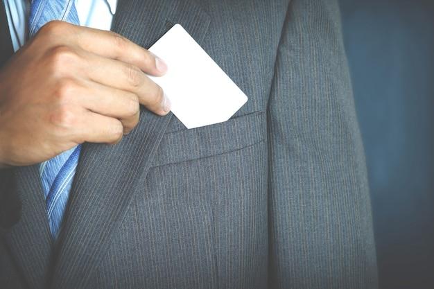 M? ody biznesmen posiadania bia? ego wizytówki i kto podejmuje puste wizytówki z kieszeni jego garnitur.