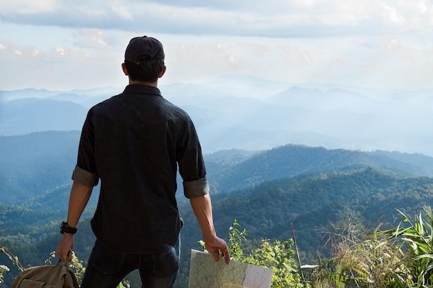 M? ody cz? owiek traveler z plecakiem na pla? y relaks na wolnym powietrzu z skalistymi górami na tle letnie wakacje i lifestyle po? wi? conego poj? cia