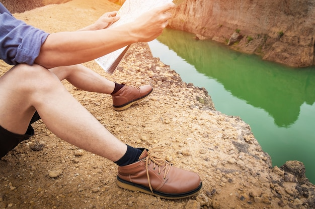 M? ody cz? owiek traveler z plecakiem relaksu na wolnym powietrzu z skalistymi górami na tle letnie wakacje i lifestyle po? wi? conego poj? cia.