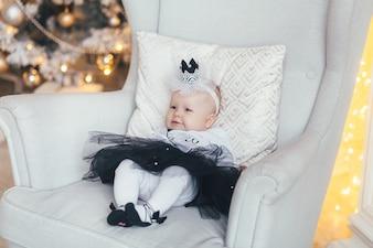 Mała dziewczynka leży na krześle