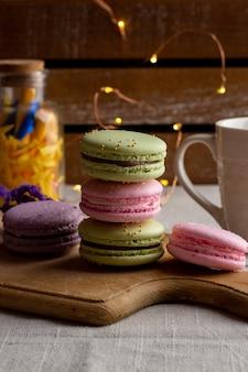 Macarons i filiżanka kawy na drewnianym stole