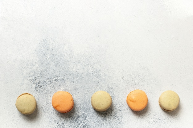 Macarons tort na bielu betonu tle