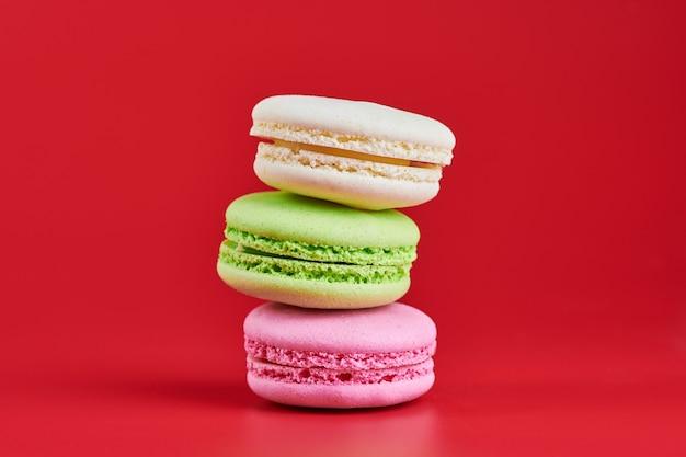 Macaroons kolorowe małe ciasteczko z mielonych migdałów