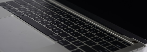 Macbook na białym tle