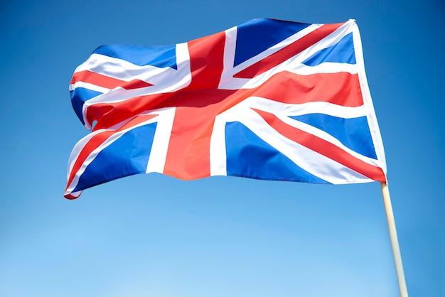 Macha brytyjską flagą na niebie
