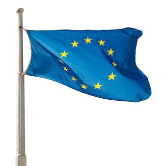 Macha flagą ue unii europejskiej na białym tle