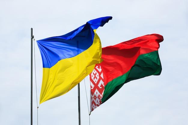 Macha flagami ukrainy i białorusi