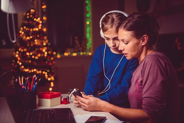 Macierzysta pomaga córka jak tu używać mądrze telefon