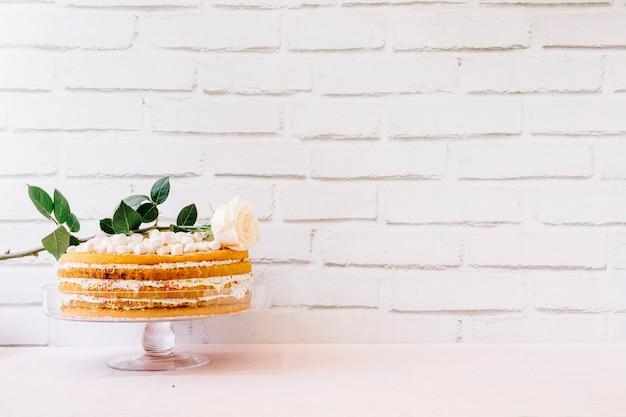 Macierzystego dnia pojęcie z tortem przed ściana z cegieł