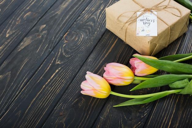 Macierzystego `s dnia prezenta pudełko i tulipany