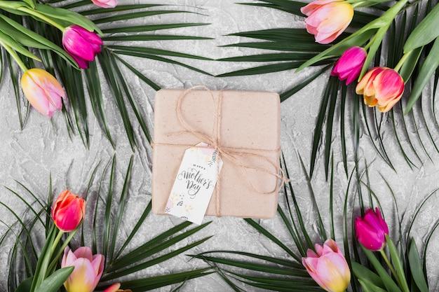 Macierzystego `s dnia prezenta pudełko, tulipany i palma