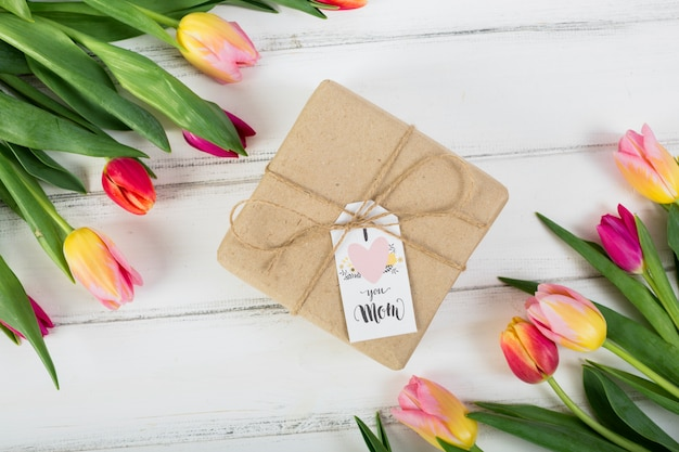 Macierzystego `s dnia prezenta pudełko wokoło tulipanów