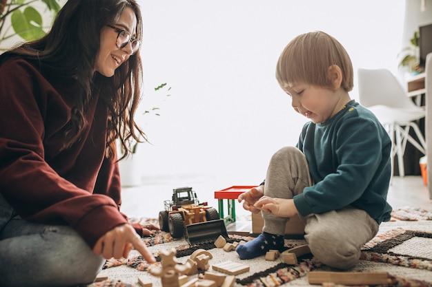 Macierzysty bawić się z synem w domu