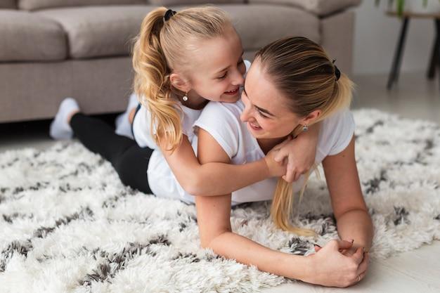 Macierzysty pozować z córką w domu