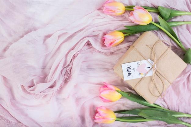 Macierzysty `s dnia teraźniejszości pudełko z tulipanami
