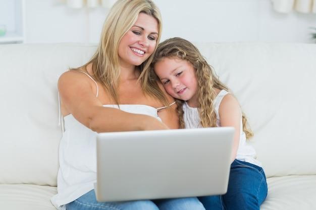 Macierzysty seans coś jej córka na laptopie