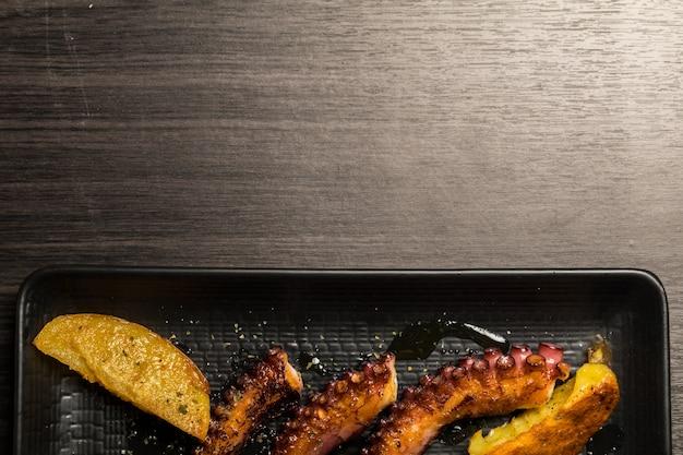 Macki ośmiornicy z grilla z ziemniakami. skopiuj miejsce