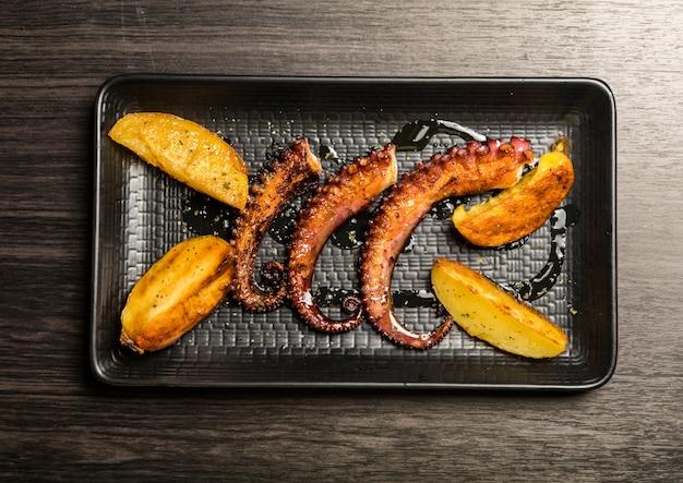 Macki ośmiornicy z grilla z ziemniakami