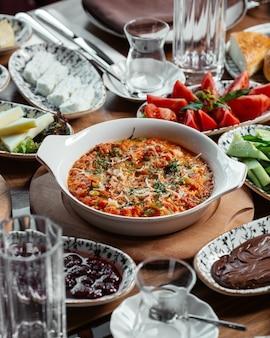 Mączka warzywna widok z przodu ze świeżymi pomidorami i ogórkami na stole mączki roślinnej żywności